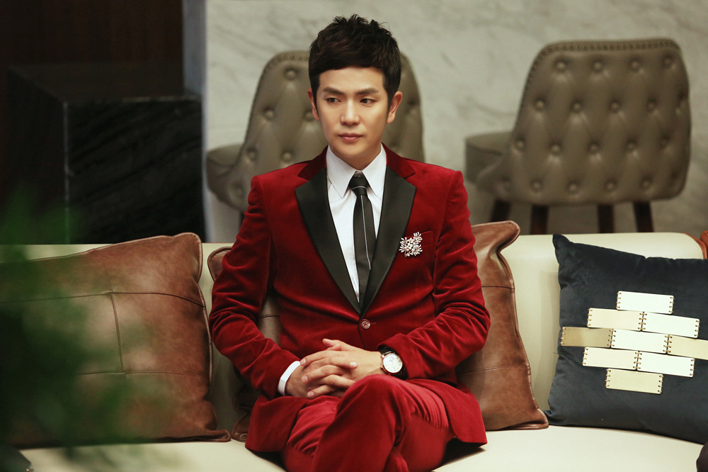 张晓龙红色西装.jpeg