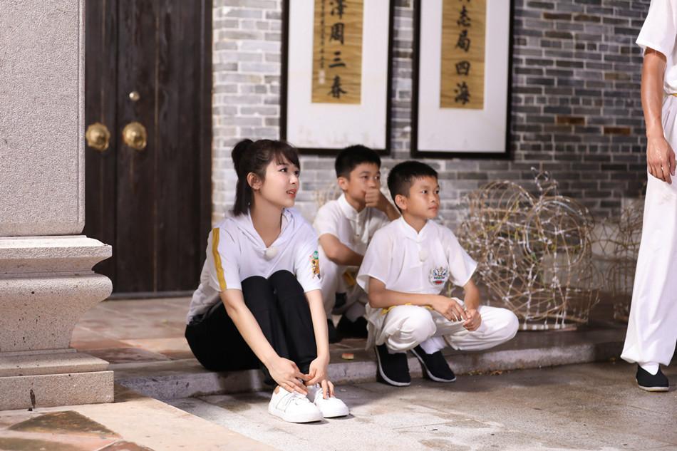 3杨紫向小师傅学习舞狮.jpg