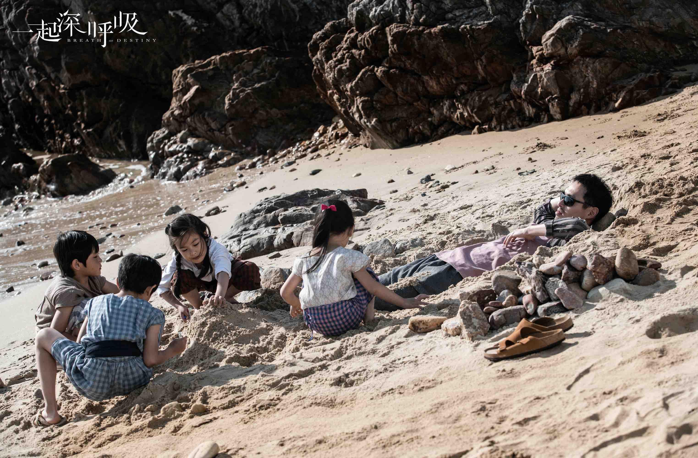 李天成沙滩被埋 展现童趣一面.jpg