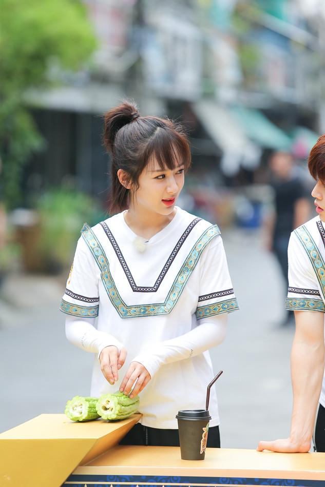 《高能少年团》杨紫在泰国街头寻找食材.jpg