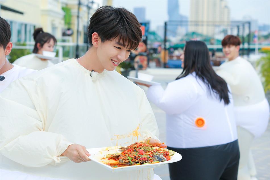 《高能少年团》王俊凯为团队取得午餐.jpg