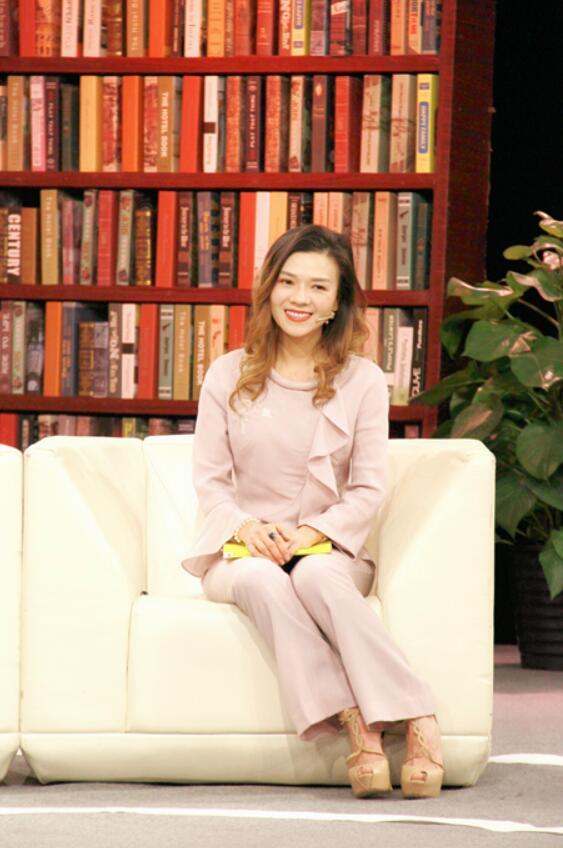 苏菲儿录制《总裁读书会》.jpg