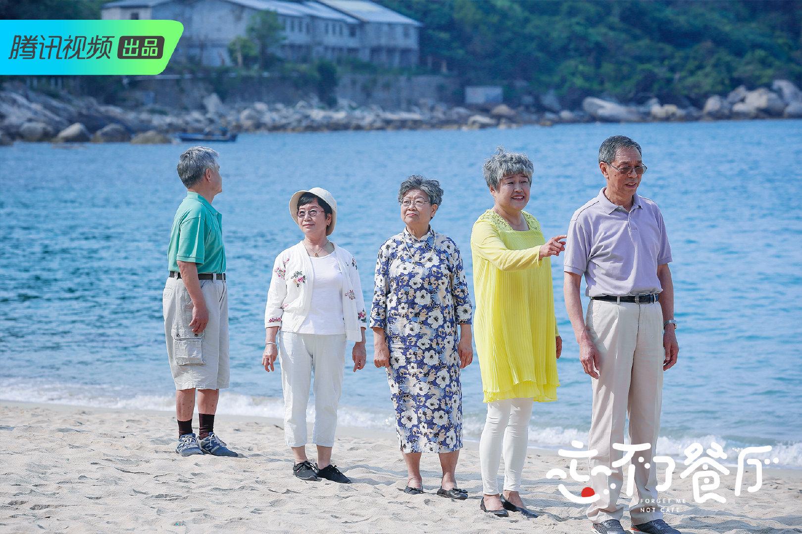 五位老人海边拍照.JPG