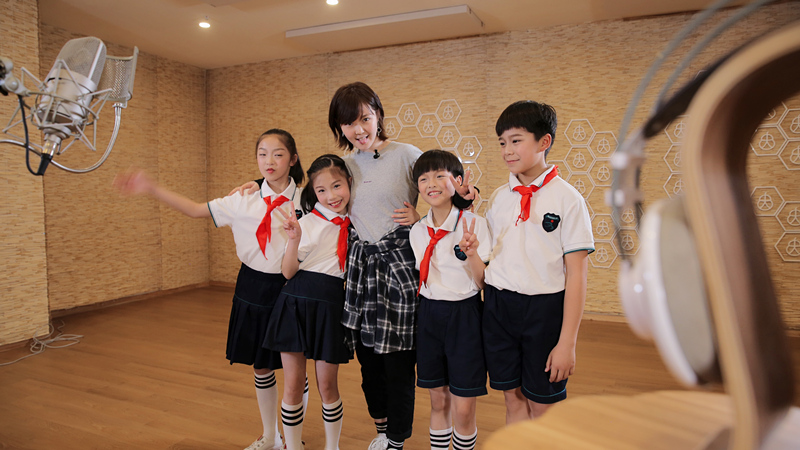 3、诺尔曼和新建小学学生共唱《希望之歌》.jpg