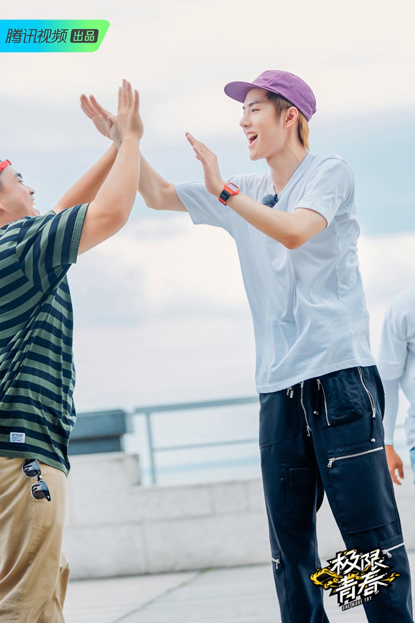 王一博激情high-five.jpg