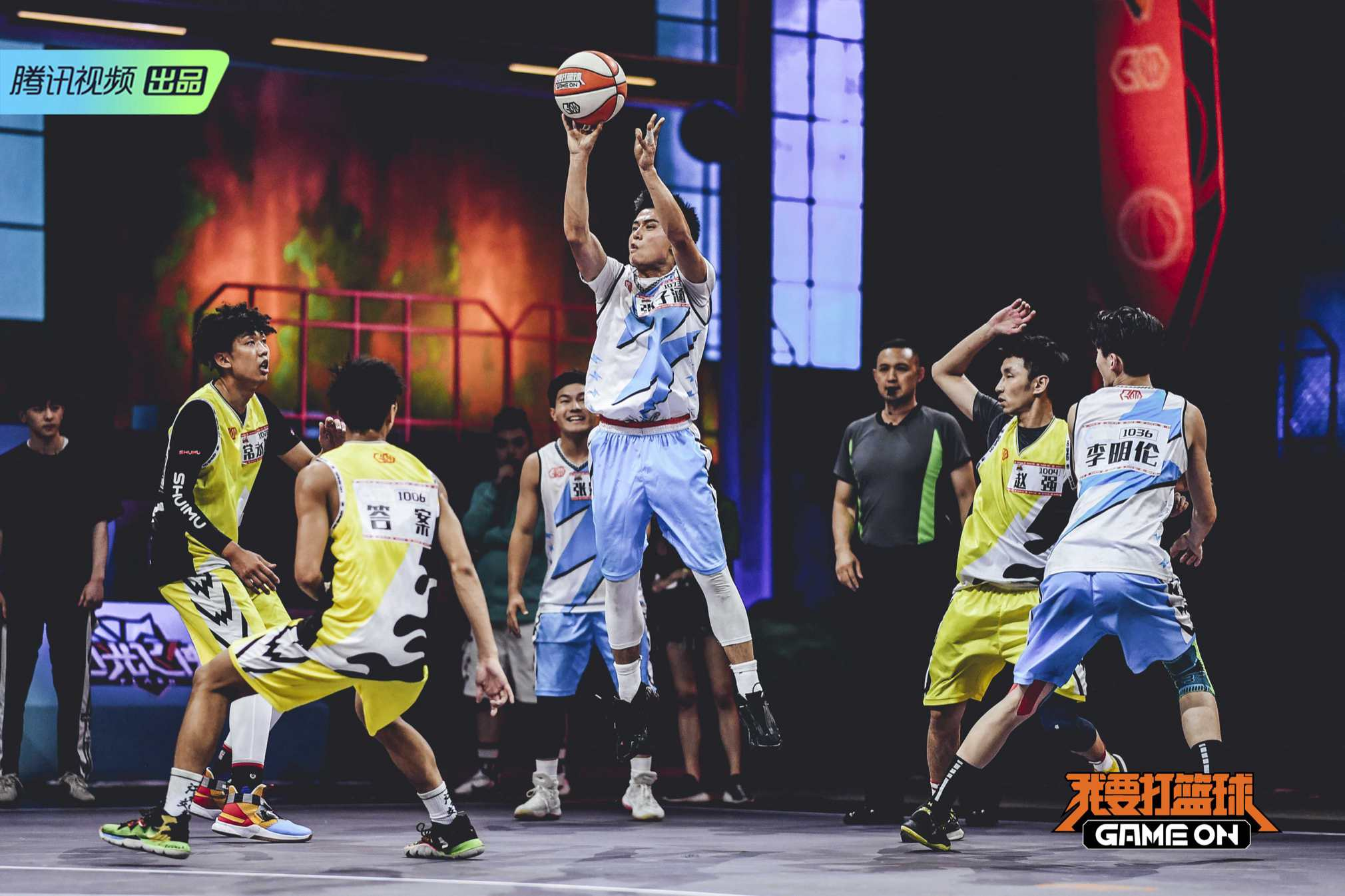 篮球赛场激情对抗.jpg
