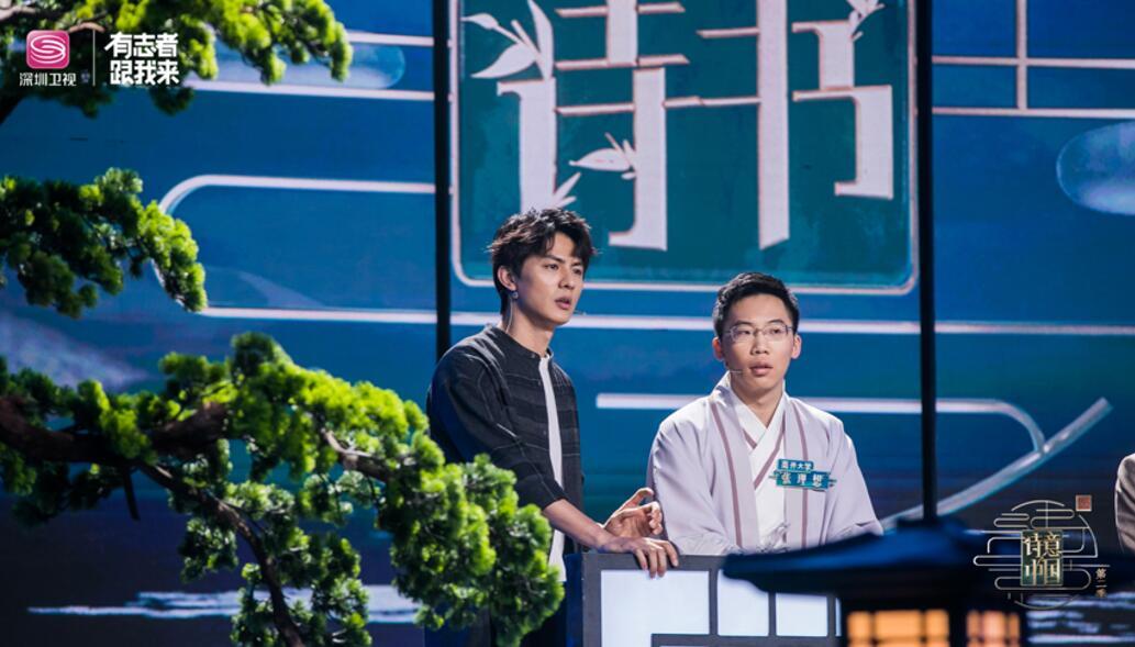 诗意嘉宾刘畅(左)、高校方阵学子(右).jpg