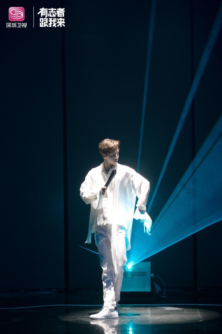 诗意少年林超泽表演纸扇舞蹈.jpg