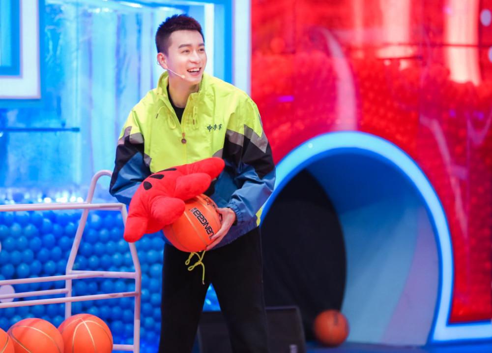 中国男篮第一帅哥杨鸣带领孩子们.jpg