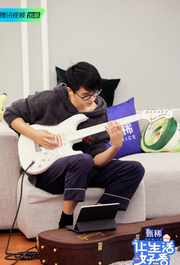 许魏洲在家进行音乐创作.jpeg
