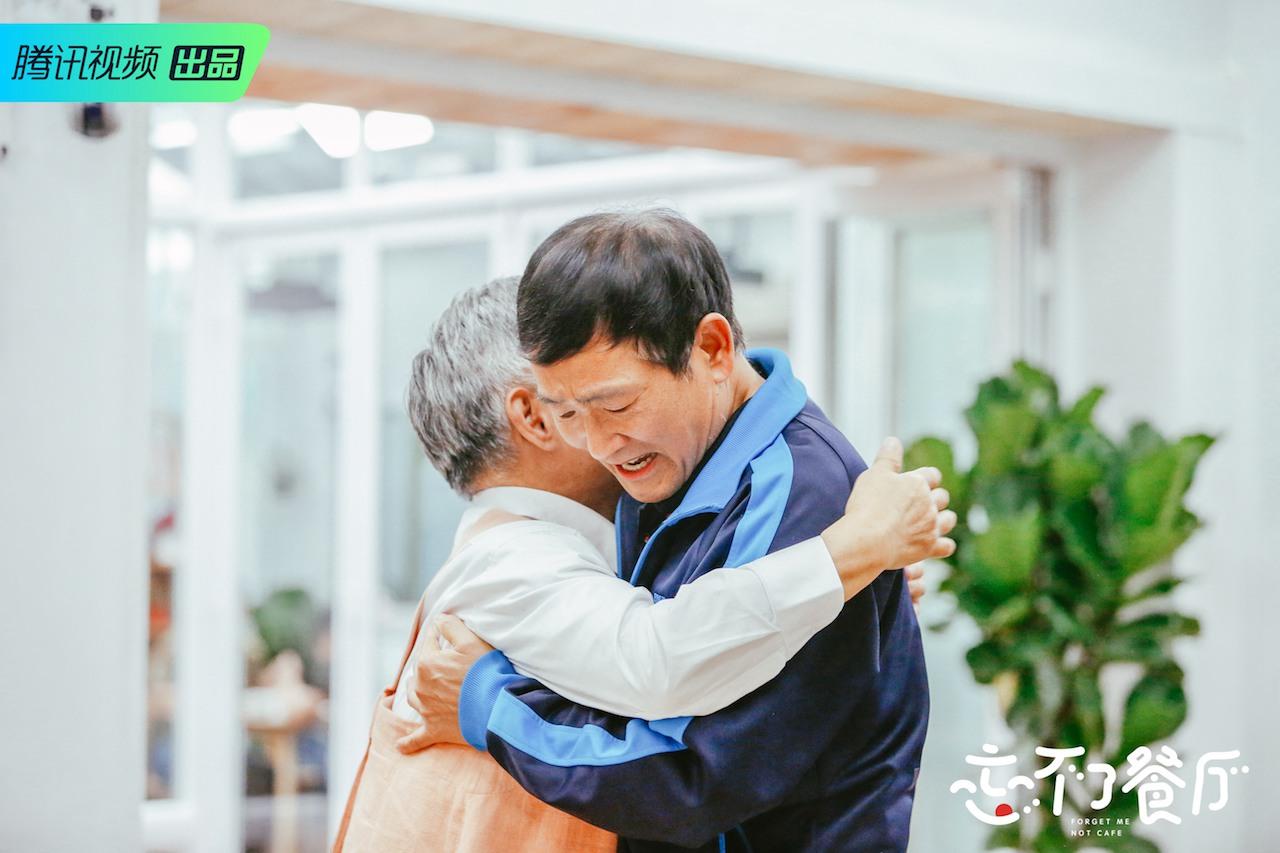 小敏爷爷和老友相认拥抱.jpeg