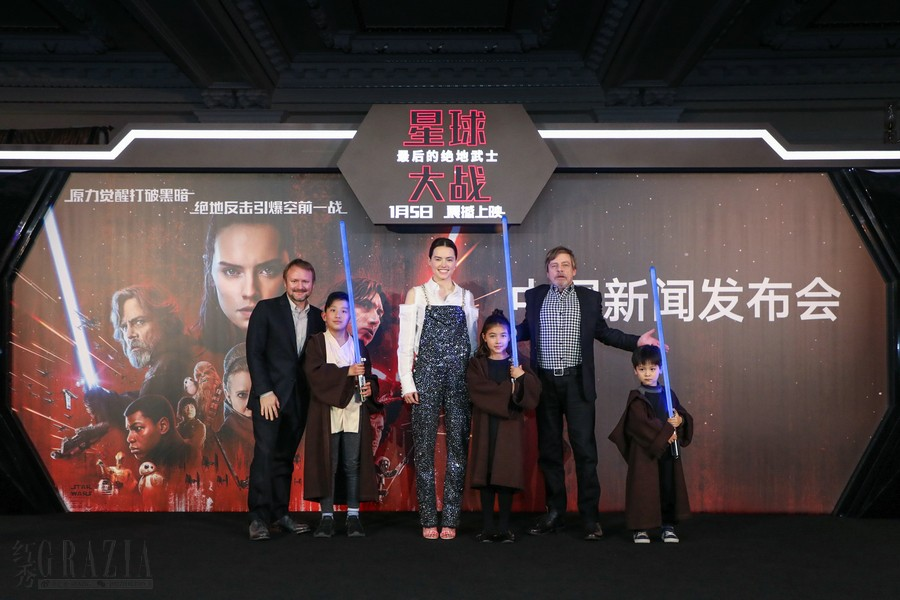 《星球大战:最后的绝地武士》中国新闻发布会 – 主创传递光剑.jpg