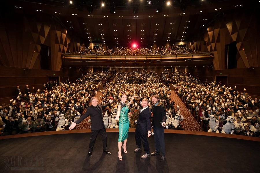 星球大战:最后的绝地武士》上海首映 – 主创与观众合影.jpg