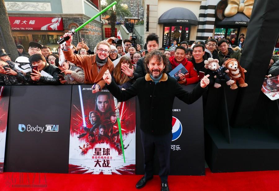 《星球大战:最后的绝地武士》上海首映 - 兰姆与粉丝合影.jpg