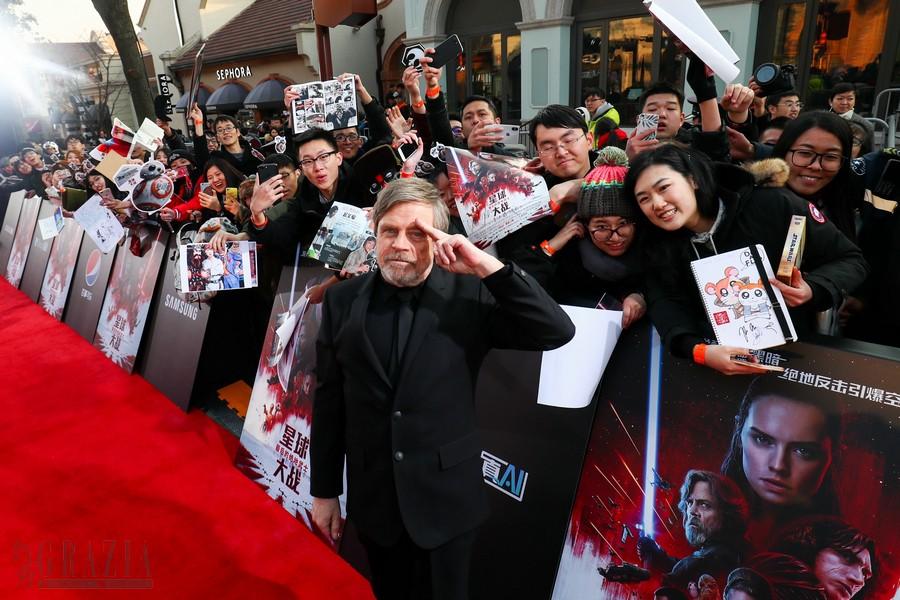 《星球大战:最后的绝地武士》上海首映 - 马克与粉丝合影.jpg