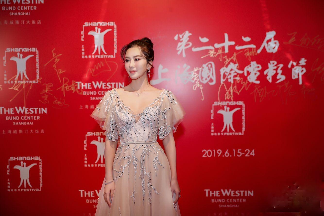伊麗媛璀璨長裙出席上海國際電影節 (1).jpg