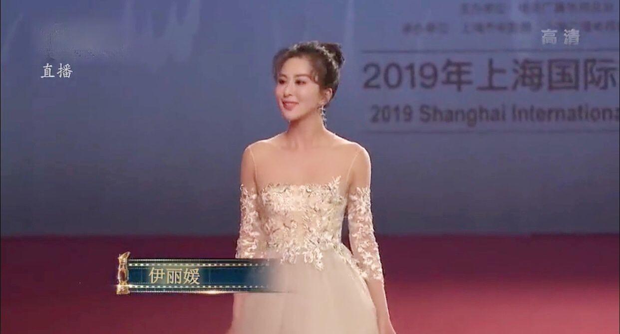 伊麗媛璀璨長裙出席上海國際電影節 (4).jpg