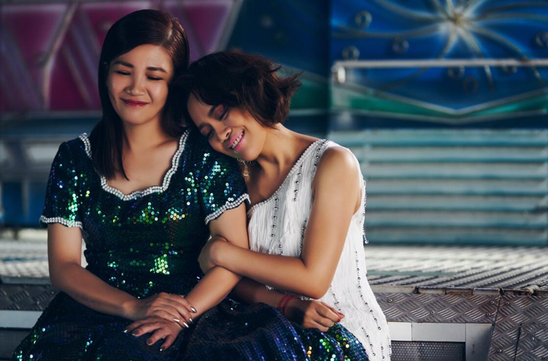 戴愛玲(右)與黃妃在《歹姐妹仔》MV裡扮演姊妹花1.jpg