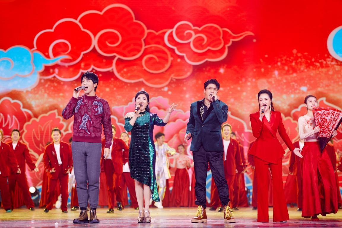 贾凡(左一)参加2020山东春晚录制.jpg
