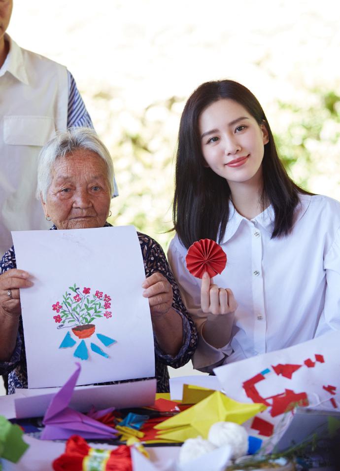 刘诗诗心连心演唱《你笑起来真好看》白衬衫彰显优雅知性5.jpg