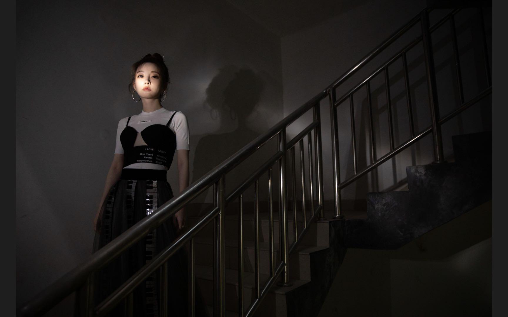 冯提莫黑白键钢琴裙亮相音乐盛典.jpg