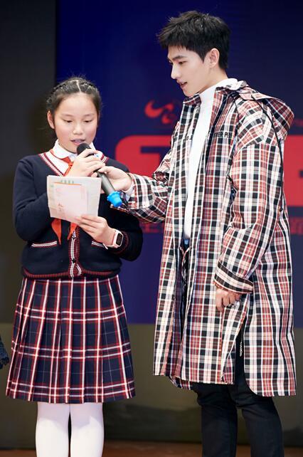 杨洋与小朋友.jpg