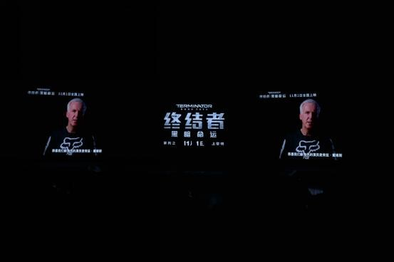 詹姆斯•卡梅隆录问候中国影迷.jpg