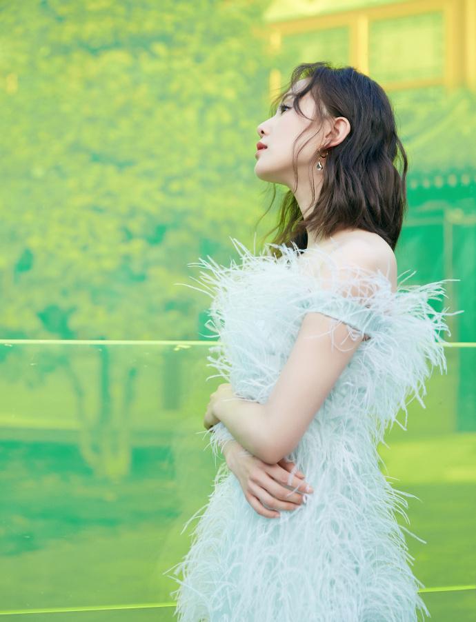 正在拍摄的新戏《亲爱的自己》,诗诗饰演的李思雨正是一个对生活、工作持有自己的态度,不屈从不盲目的角色。