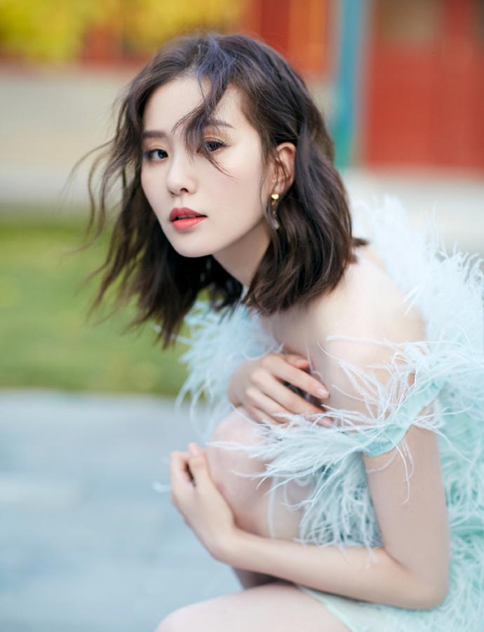 刘诗诗提到关于时尚,诗诗有着不盲从大众、也不拘泥一格,专属于自己独特的态度。