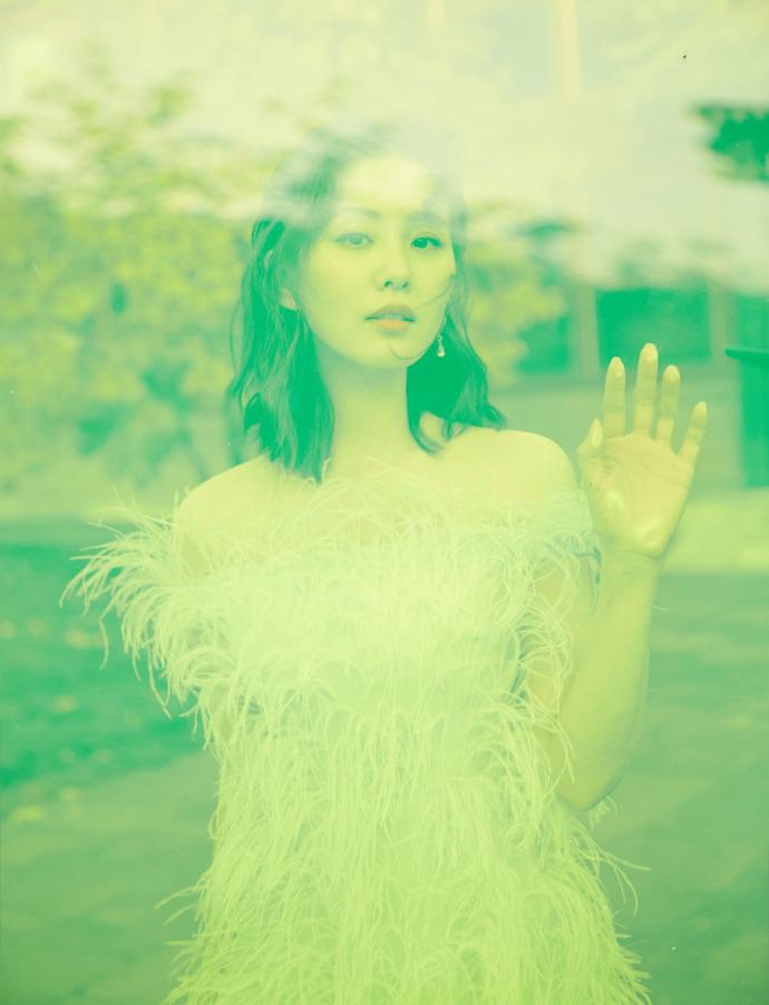 近日,刘诗诗出席某品牌北京系列全球首秀,身穿春夏系列羽毛抹胸连衣裙。清新飘逸,优雅温柔。