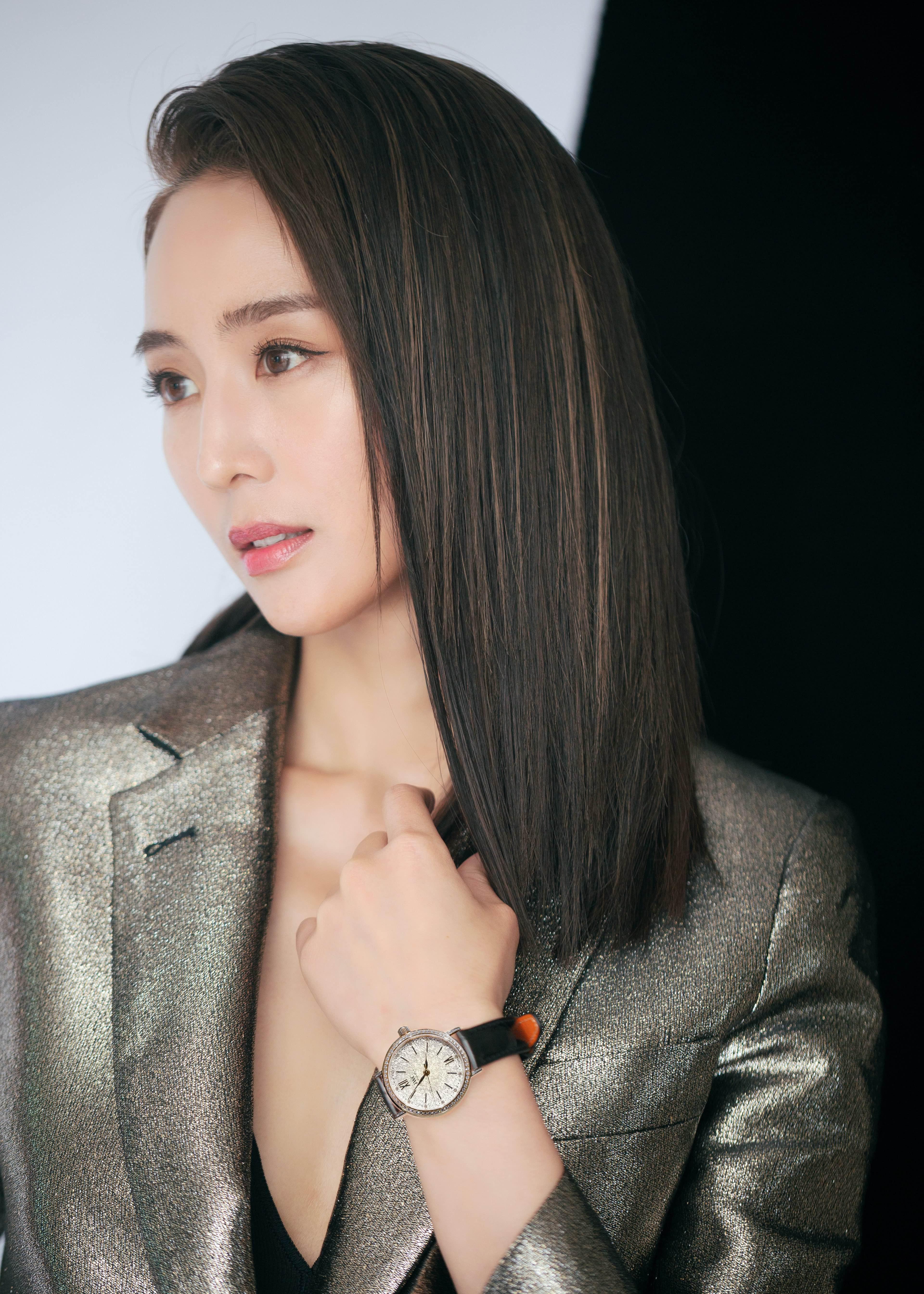 近日,张钧甯作为IWC品牌大使现身活动现场,身穿金属亮色修身西装,亮面材质更添高级质感;