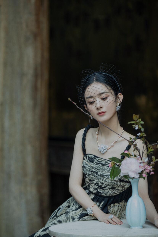 赵丽颖拍摄时尚大片的花絮照曝光,她身穿高定华服搭配精致珠宝置身繁花之中,频换多套华丽礼服,端庄优雅,仿佛是从画里走出来的古典美人。
