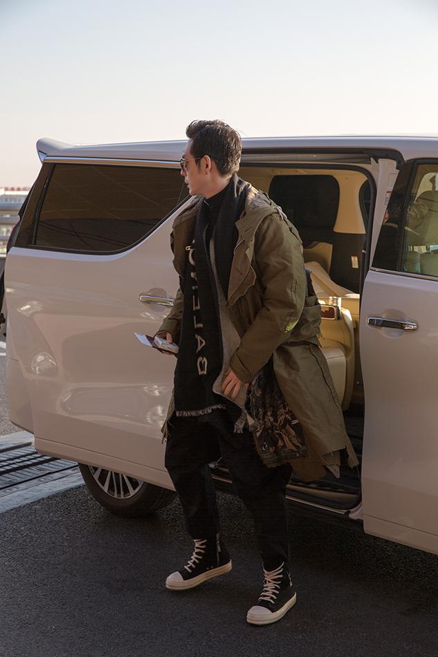 演员刘欢现身机场.jpg