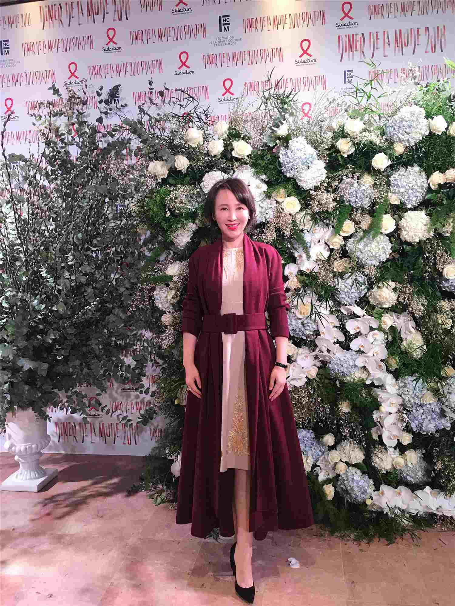 图五:岳丽娜参加慈善晚宴拍照留念.jpg