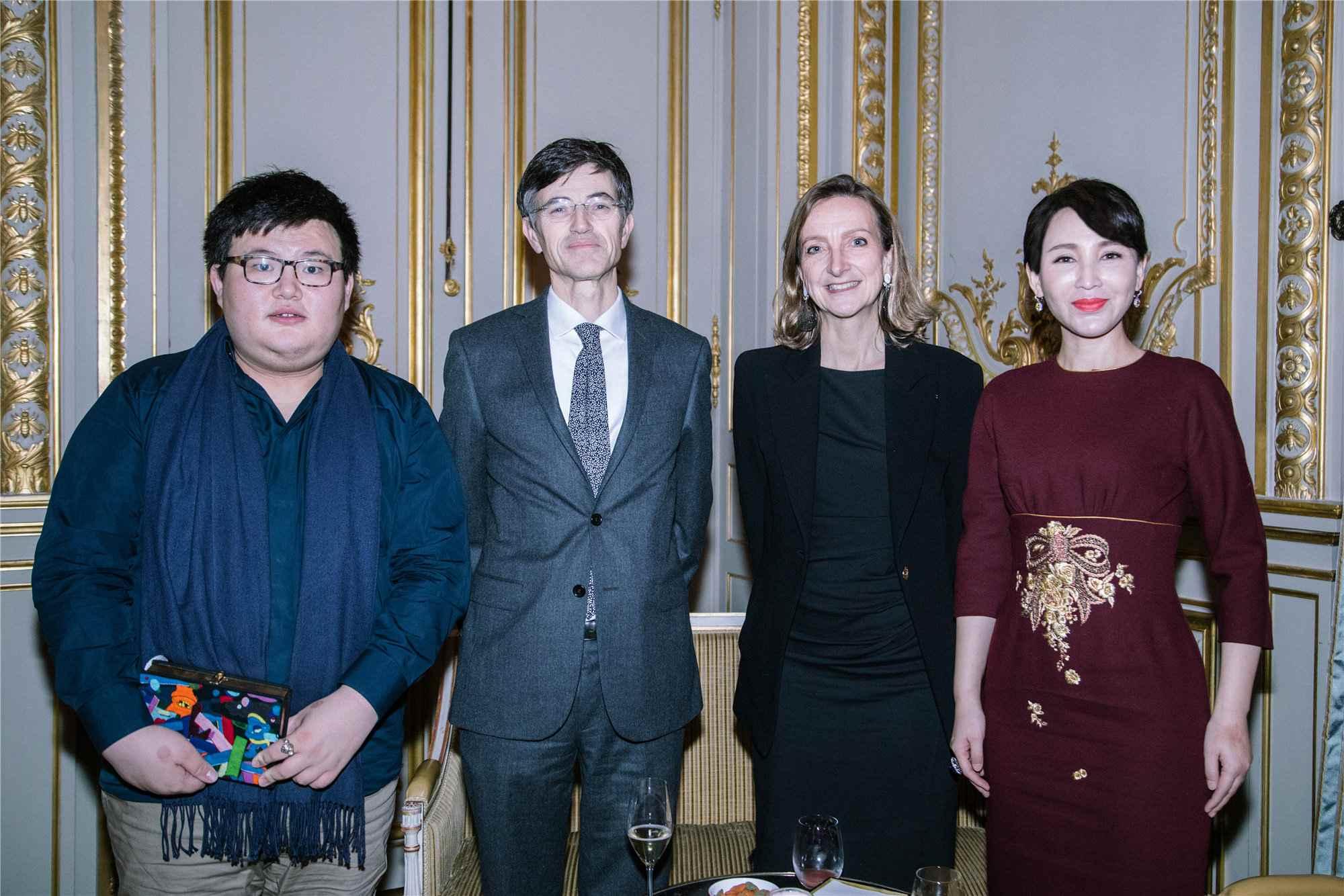 图八:岳丽娜与凡尔赛市长及其夫人合影.jpg