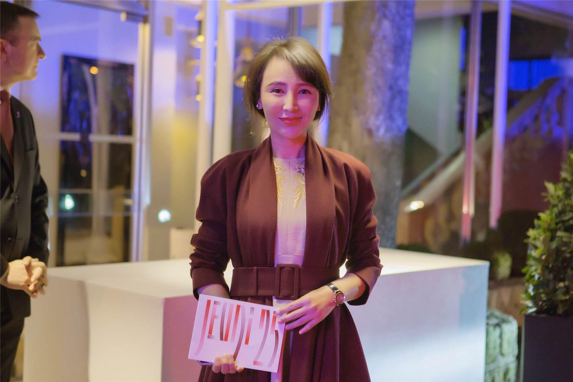 图六:岳丽娜参加慈善晚宴.jpg