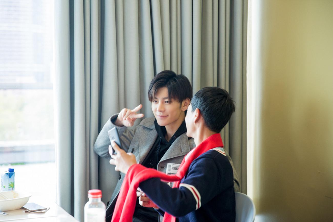 王嘉和红丝带少年自拍.jpeg