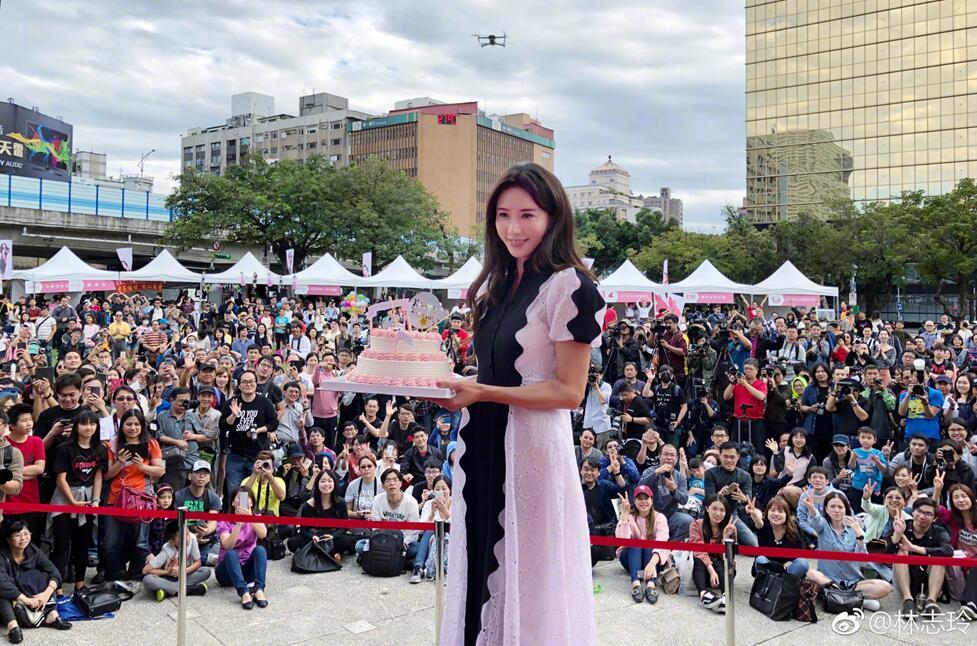 林志玲活动视频曝光 白裙甜笑超温柔3.jpg