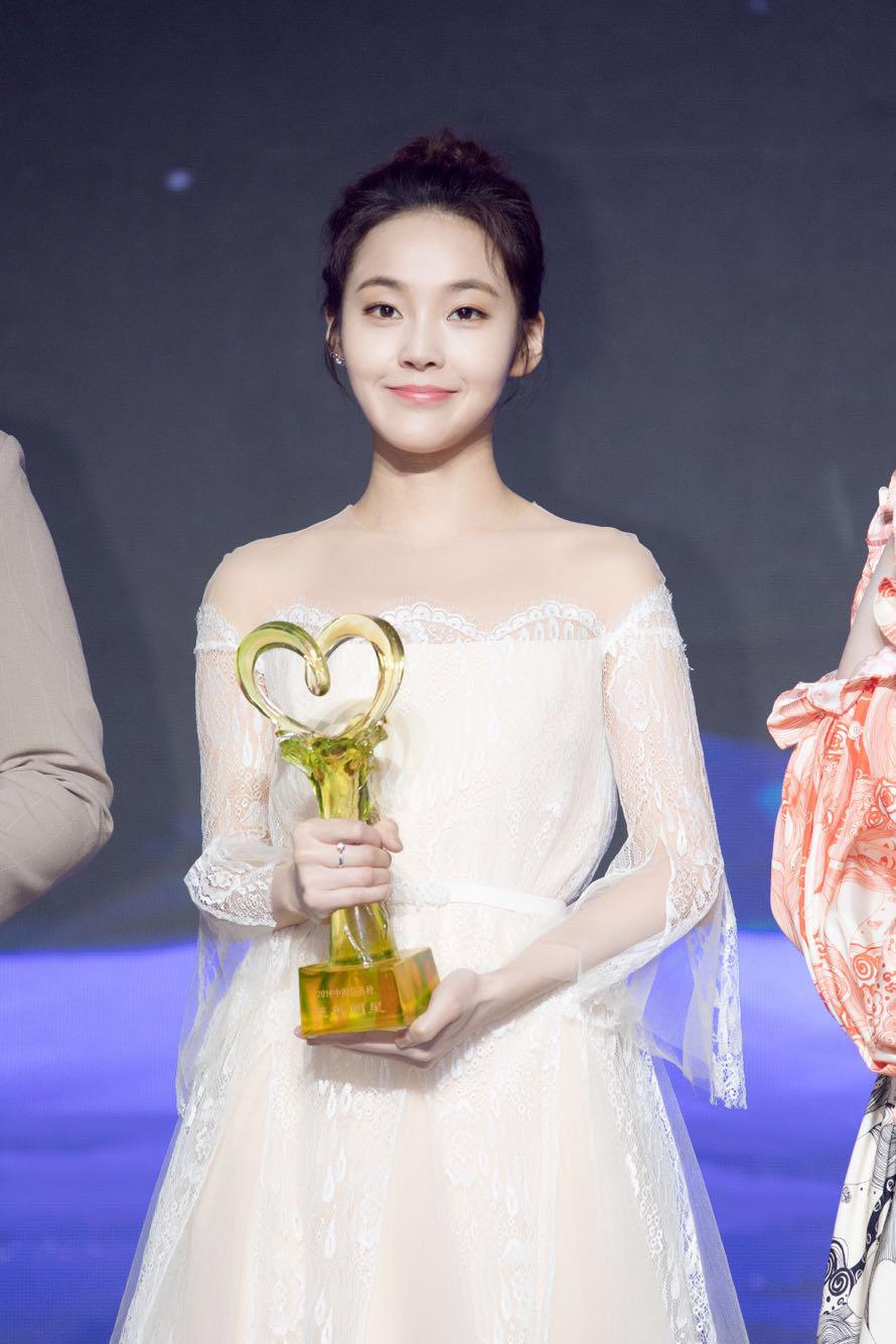 张佳宁荣获年度慈善明星3.jpg
