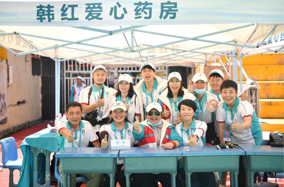 韩红、陈明光良、金池等志愿者在药房合影.jpg