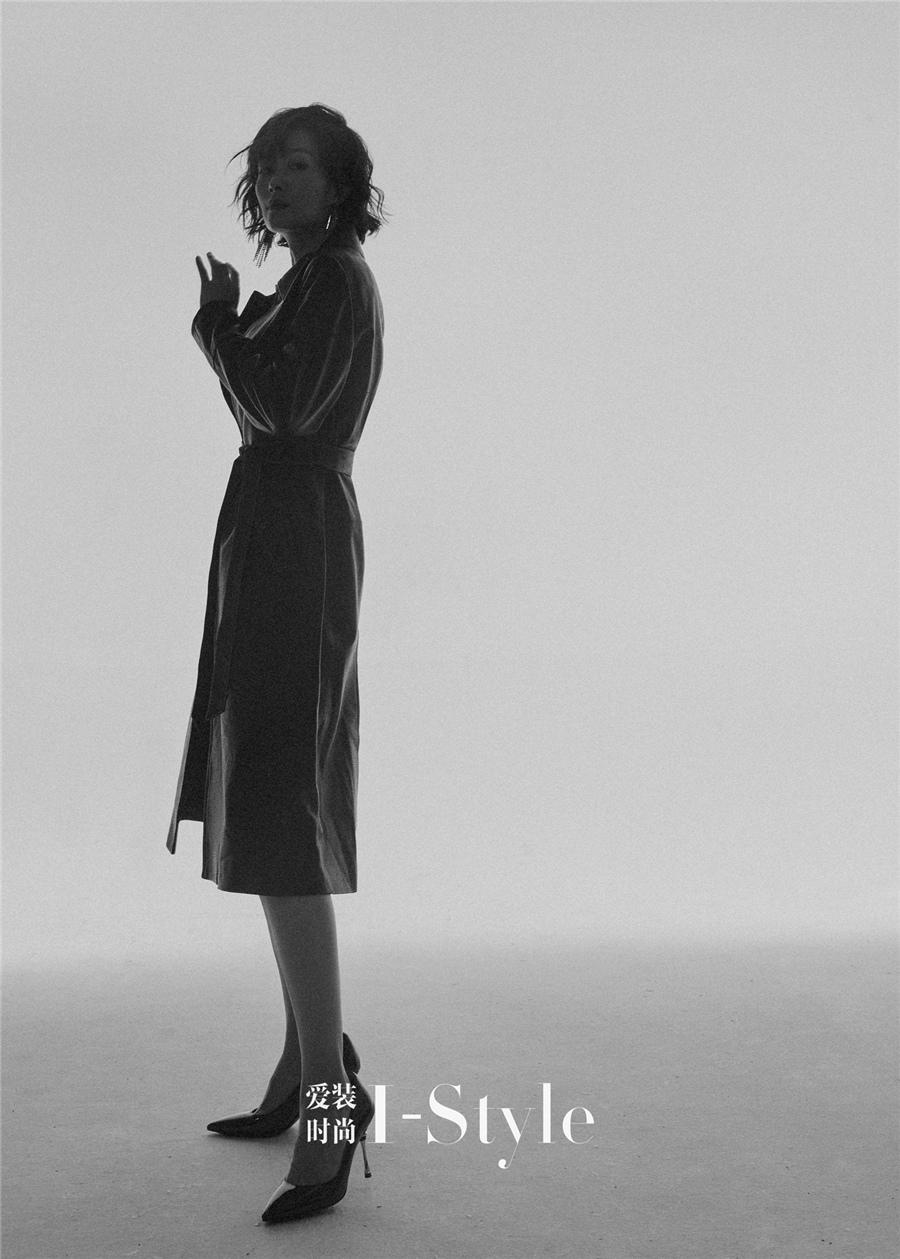 黑色皮衣搭配黑色尖头高跟鞋.jpg