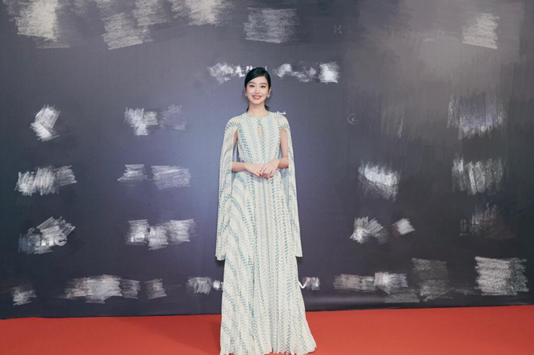 """杨采钰披肩长裙亮相时尚活动 以""""春色"""