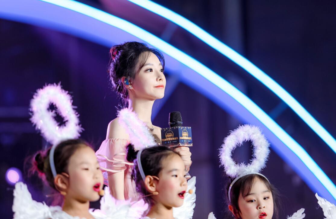 """冯提莫献唱""""中国网事·感动2019""""颁奖盛典 淡粉色吊带裙温柔抢镜"""
