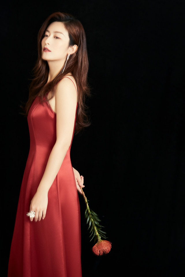 徐百慧朦胧光影红裙生日写真释出 (6).jpg