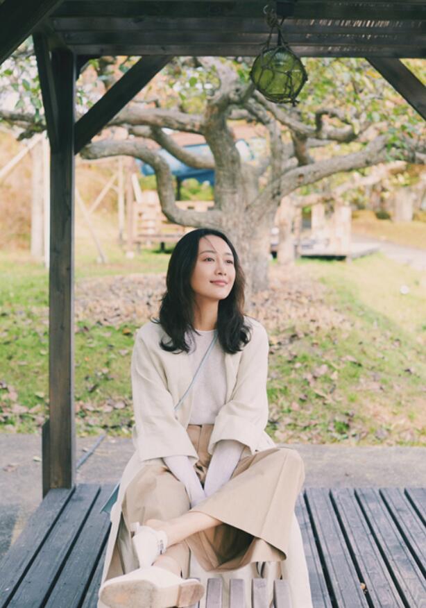 王鸥坐在河畔欣赏美景.jpg