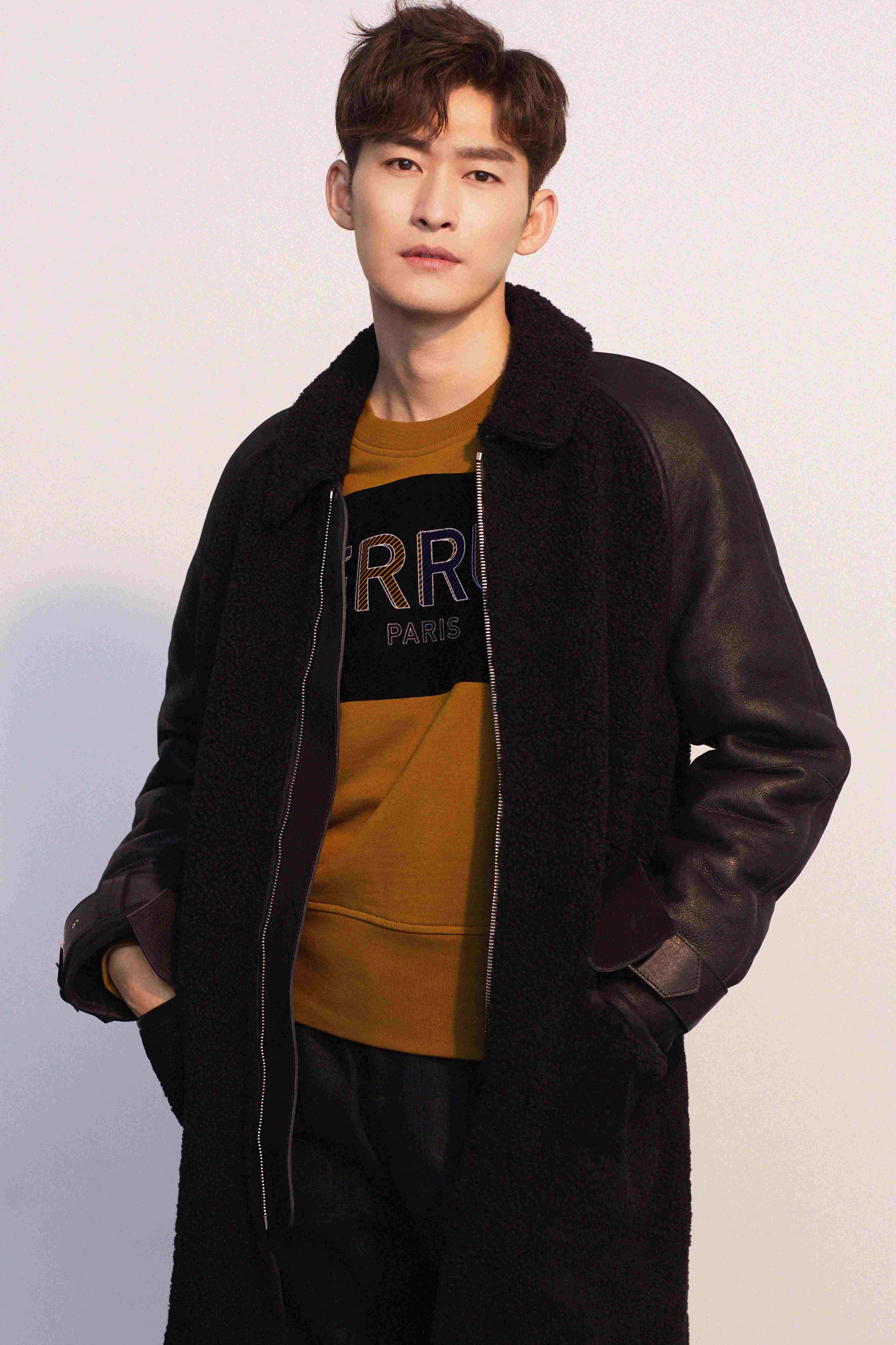 张翰身着黑色皮质毛领大衣.jpg