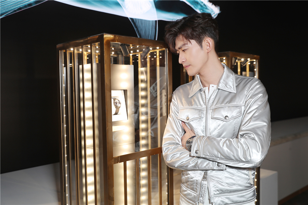 张翰身着银白夹克.jpg