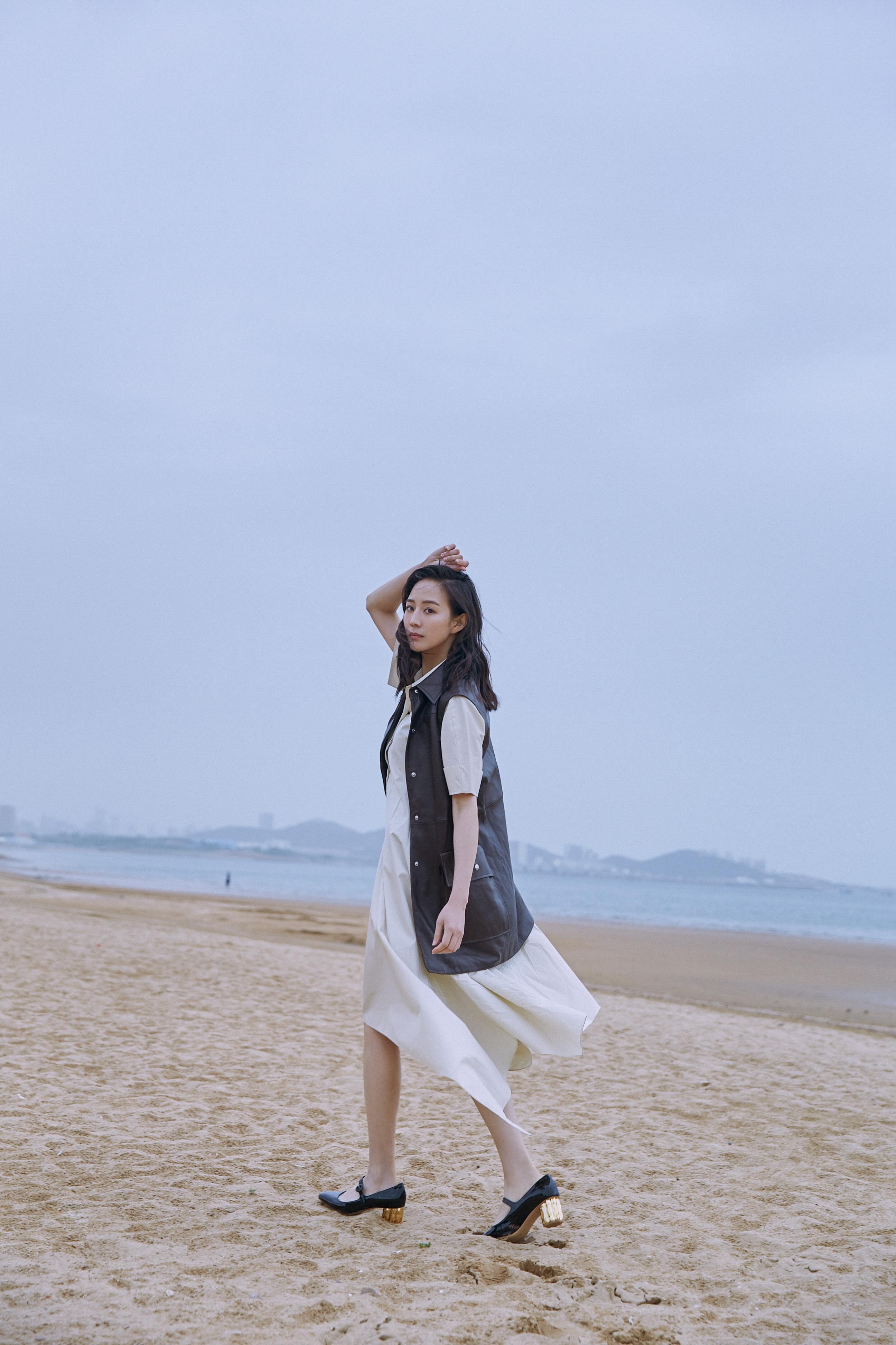张钧甯海边漫步7.jpg