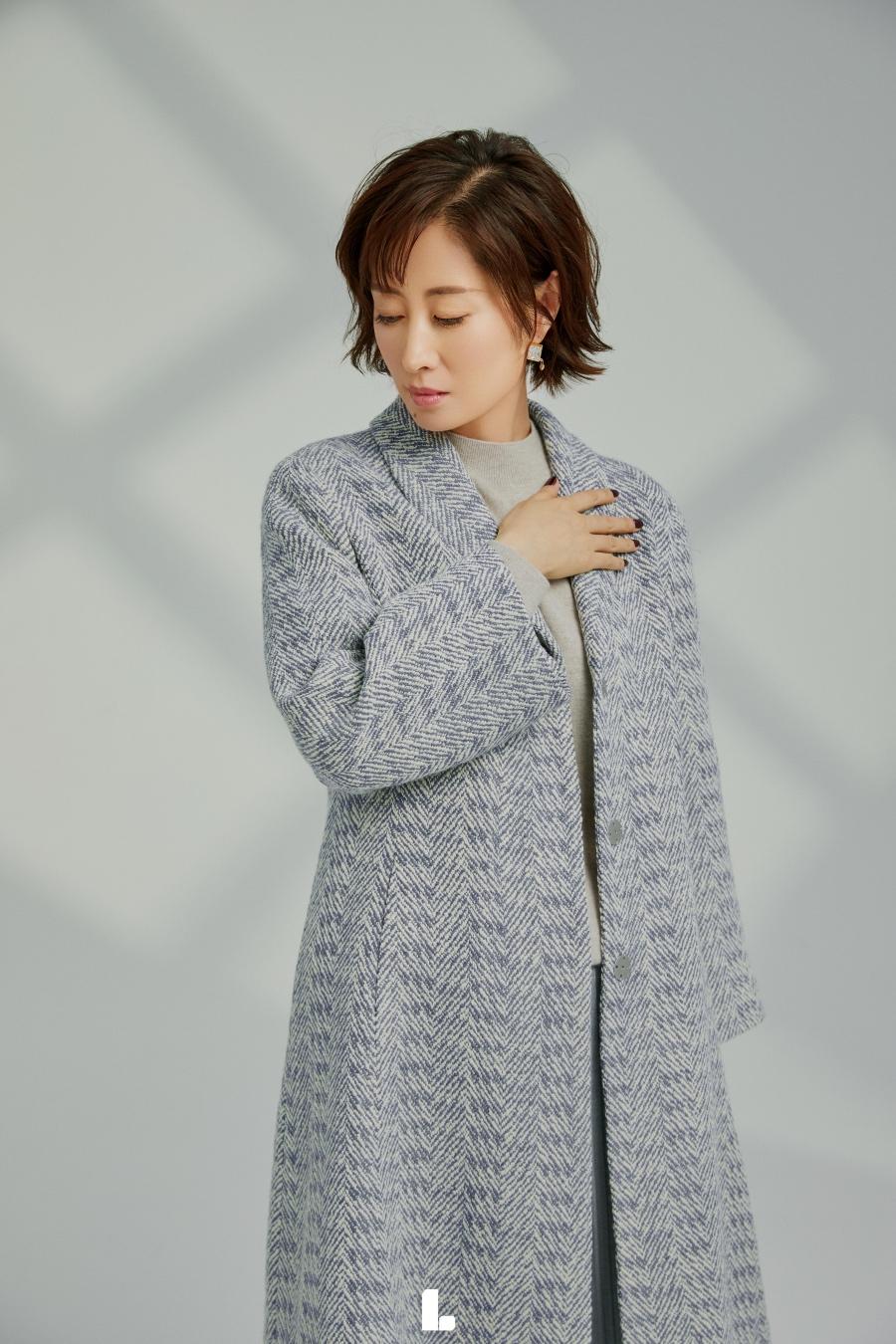 刘敏涛淡蓝色大衣显得整体高贵优雅.jpg