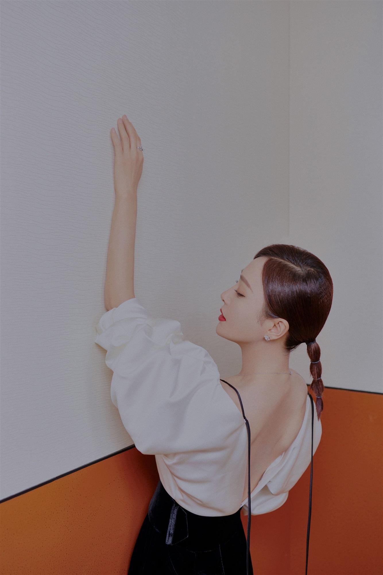秦岚大秀完美肩颈线.jpg